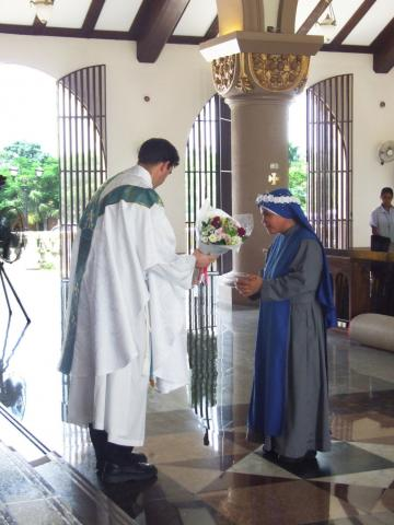 Sr. Dalisay offering flowers