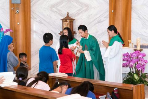communion during the mass of faithful from Zhongli parish